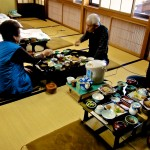 Petit déjeuner traditionnel japonais servi à l'aube dans un ryokan