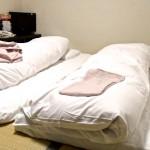 Lits dans une chambre de style japonaise d'un business hôtel