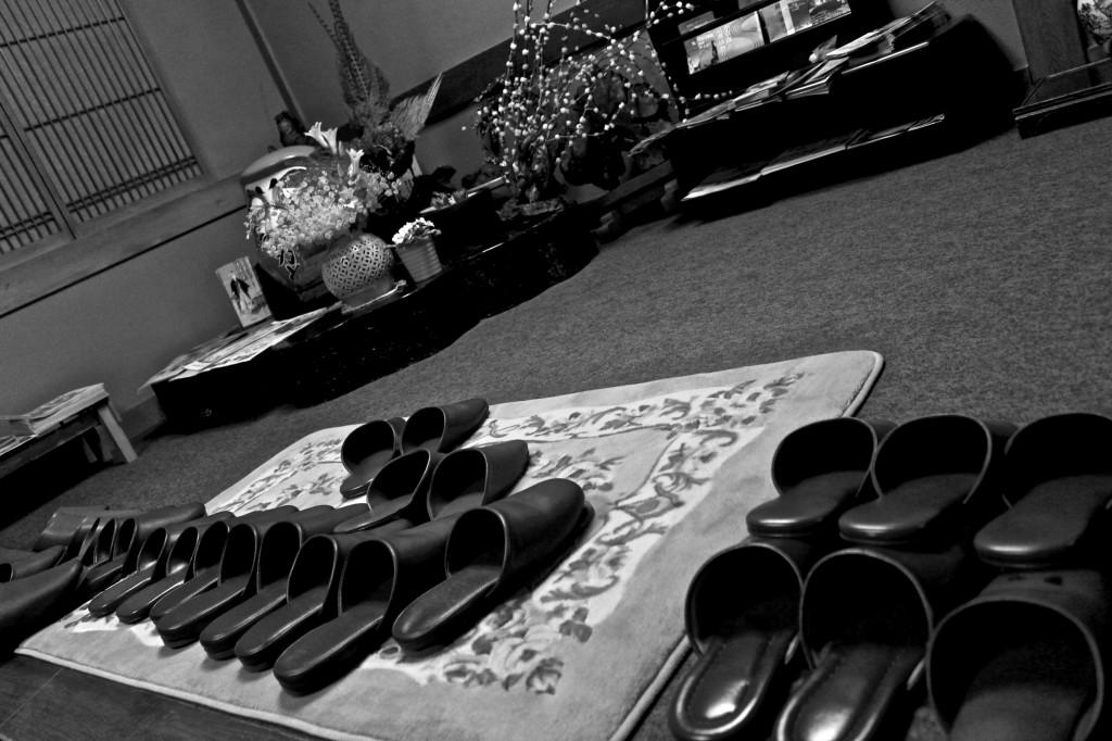 Chaussons au seuil d'un ryokan