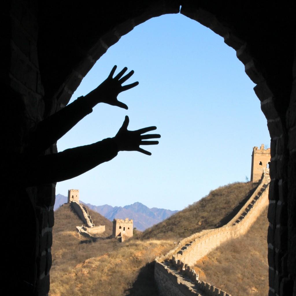 On pourrait ajouter : faire des ombres chinoises devant la grande muraille de Chine !