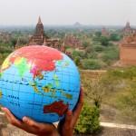 Globe devant les temples de Bagan