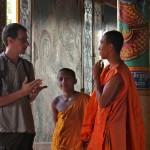 Conversation avec un jeune moine au Cambodge avec seulement quelques mots d'anglais