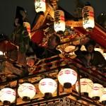 Char illuminé de ses lanternes lors de la procession du soir