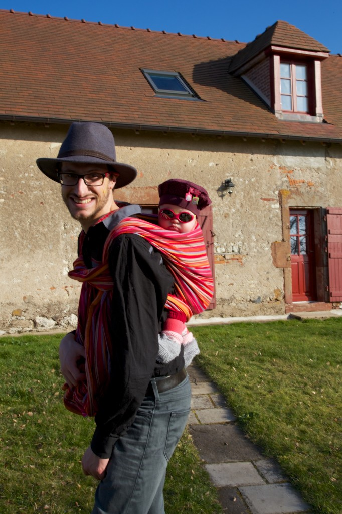 Portage dos en écharpe lors d'une chasse au trésor dans l'Allier