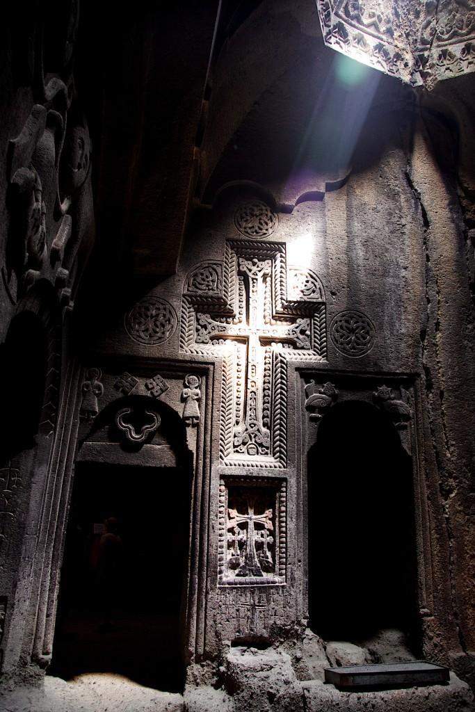 Bas relief illuminé au monastère de Geghard