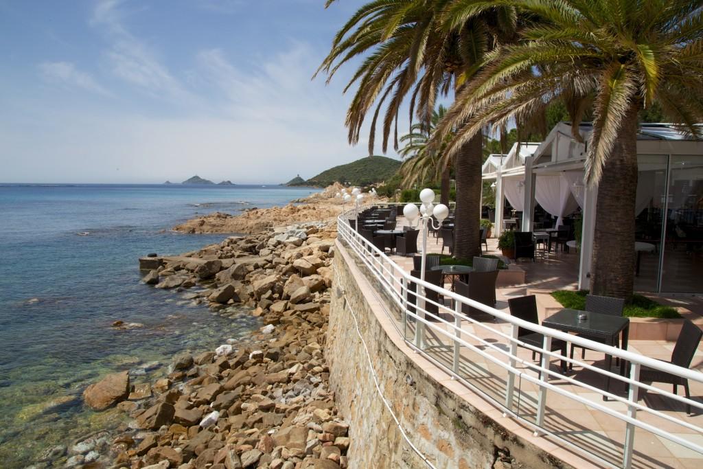 Côtes rocheuses d'Ajaccio depuis la terrasse du Dolce Vita sur la route des îles Sanguinaires