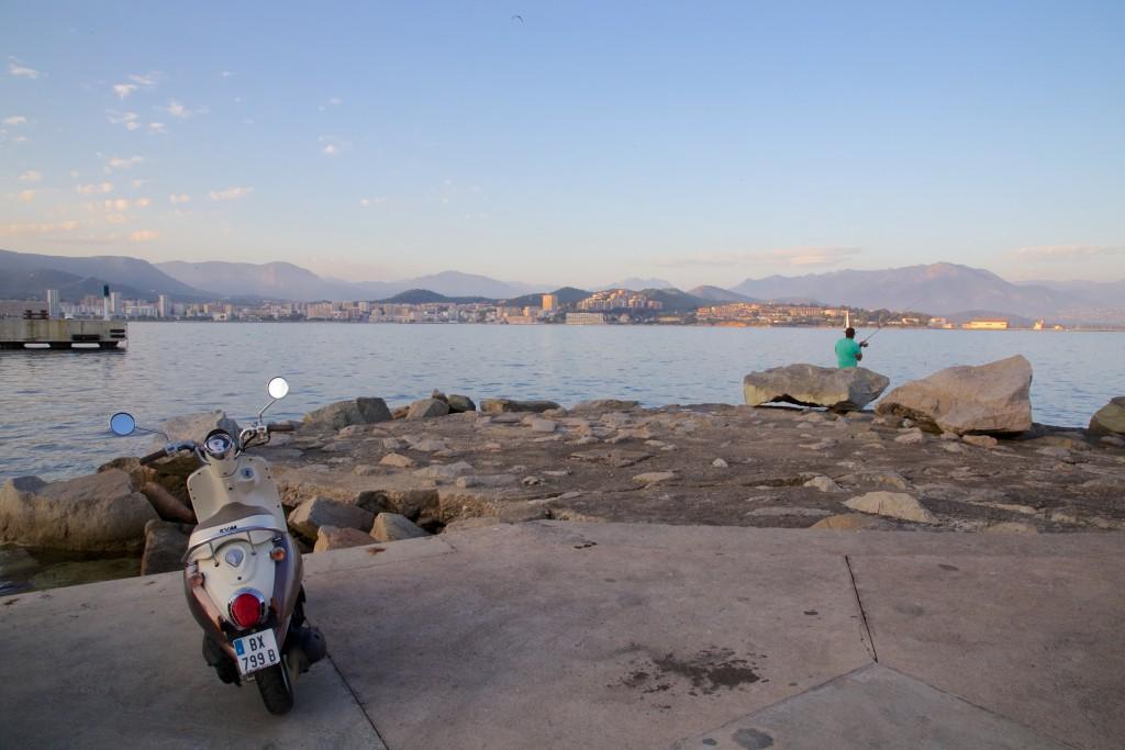 Vie locale au coucher du soleil dans le port d'Ajaccio