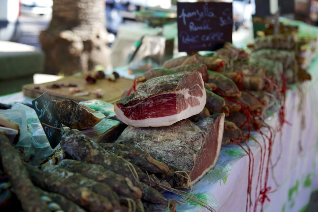 Charcuterie corse artisanale sur le marché place Foch