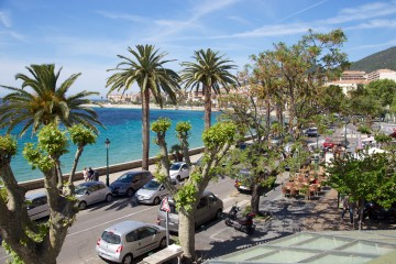 Promenade en bord de mer longeant la place Saint Francois en plein coeur d'Ajaccio