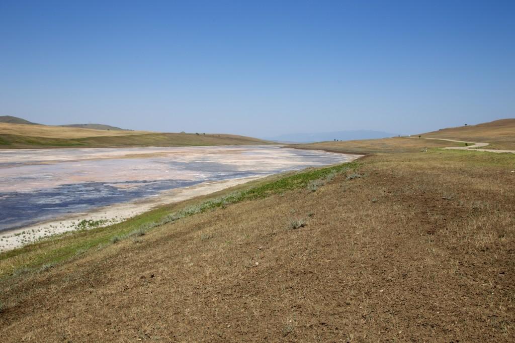 Lac salé sur le chemin des monastères de Davit Gareja