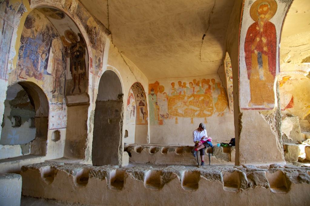 Pause goûter dans l'ancien réfectoire des moines d'une cave des monastères de Udabno