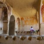Pause gouté dans l'ancien réfectoire des moines d'une cave des monastères de Udabno