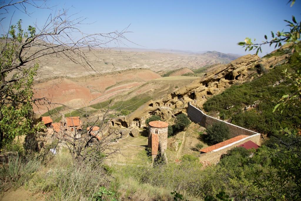 Du haut de la colline surplombant le monastère Lavra avec les montagnes de Géorgie en second plan