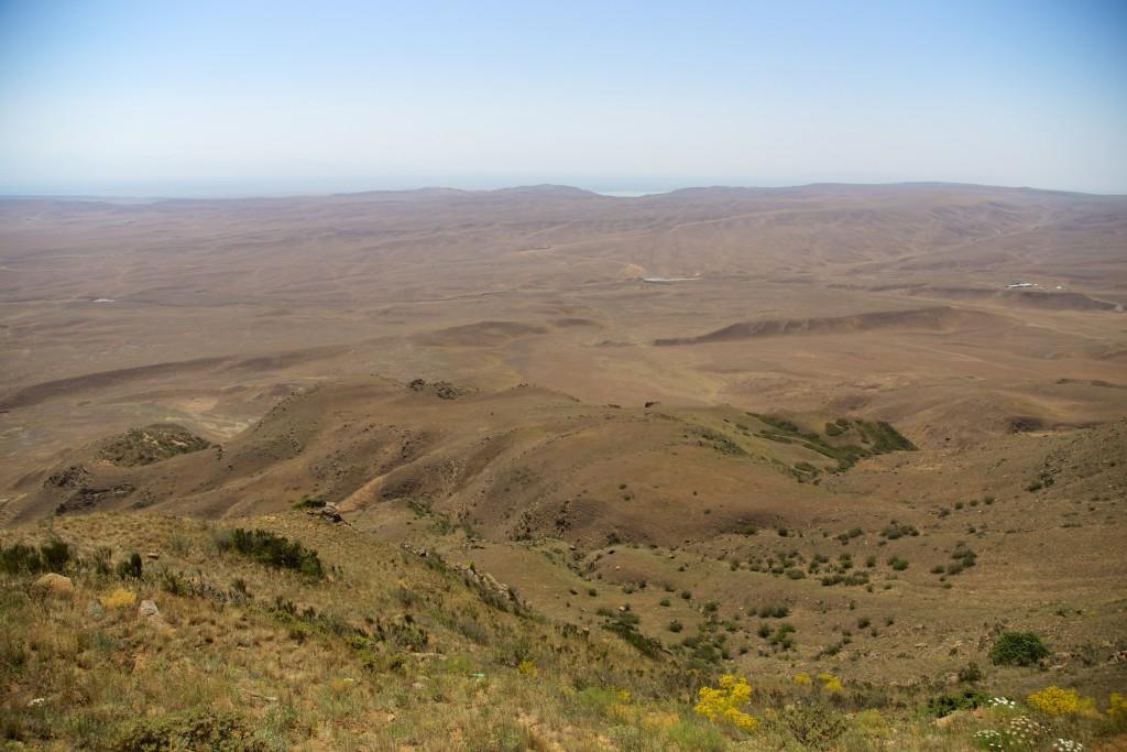 Zone semi-désertique entre la Géorgie et l'Azerbaïdjan. Au loin la frontière avec l'Azerbaïdjan.