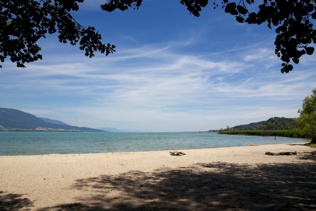 Petite plage d'Yverdon au bord du lac de Neuchâtel