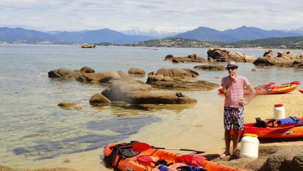 Pause pagaie sur une plage déserte dans la baie d'Ajaccio