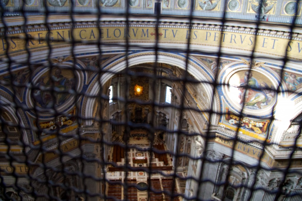Première halte dans l'ascension de la coupole : une vue imprenable sur l'intérieur de la basilique derrière les grillages de 4m de haut