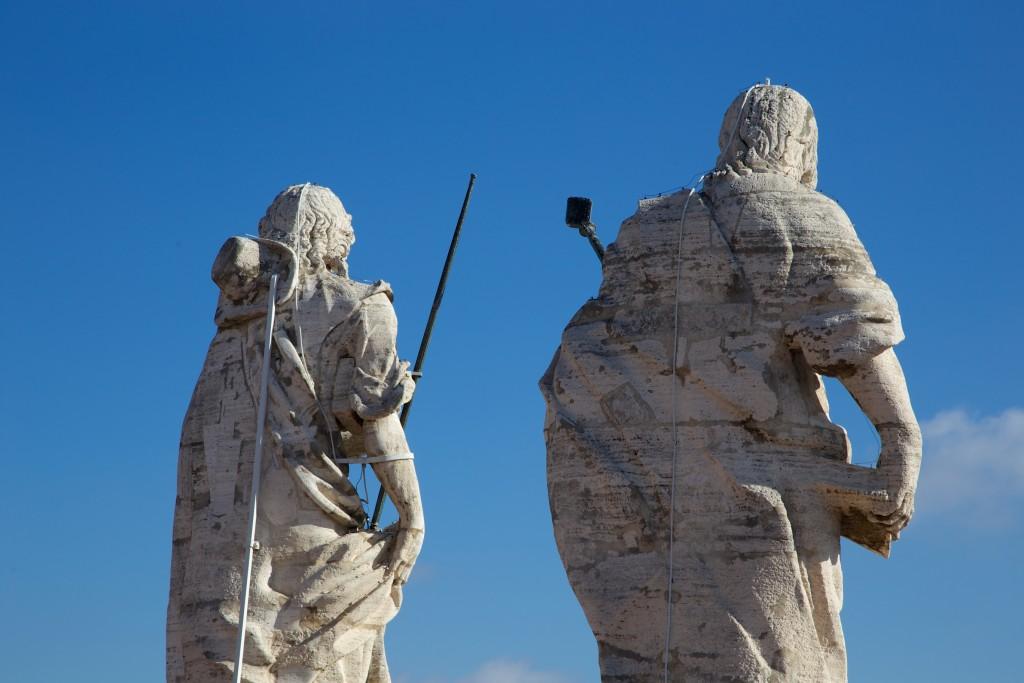 Même les statues du Vatican s'adonnent à la mode du selfie !