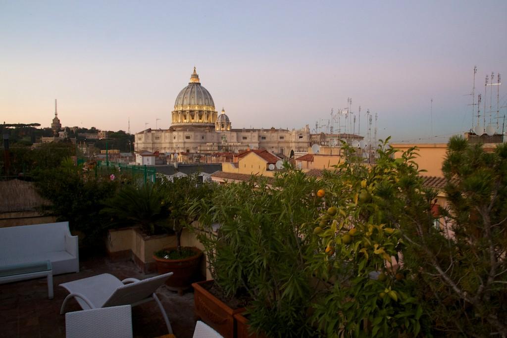 Coucher du soleil sur la terrasse de notre chambre d'hôte face au dôme de la basilique Saint Pierre