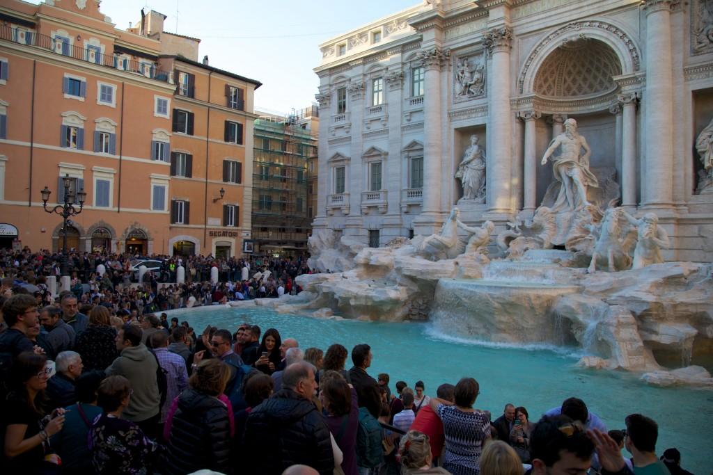 Bain de foule devant la fontaine de Trévi
