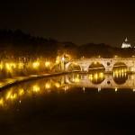 Le Tibre by night avec les reflets du pont Garibaldi devant le dôme de la basilique Saint-Pierre