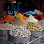 Etals d'épices, de céréales et de légumineux