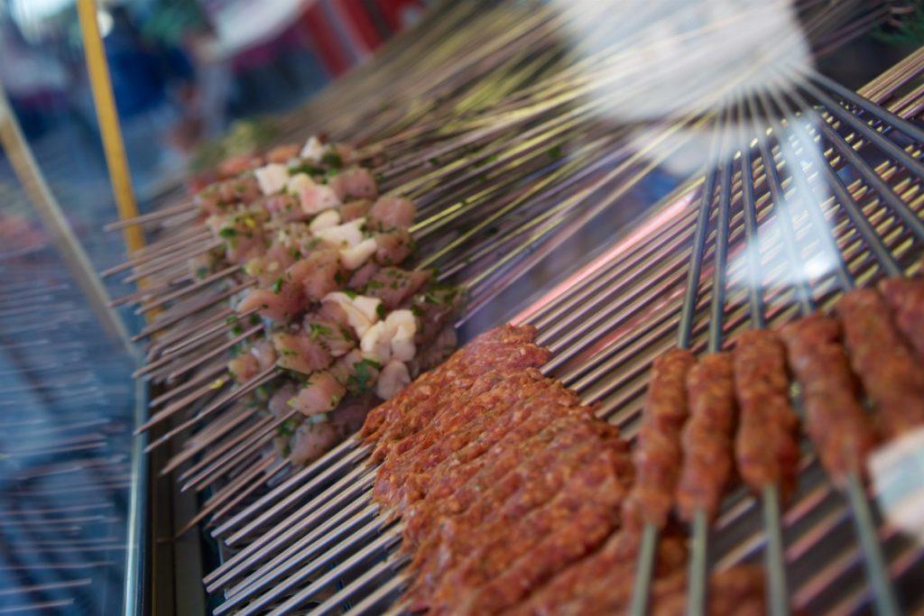 Les brochettes un classique de la street food marocaine