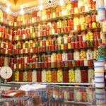 Etal lumineux de fruits et légumes confits