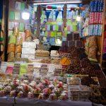Étal de nougat et fruits secs dans les souks de la médina de Fès