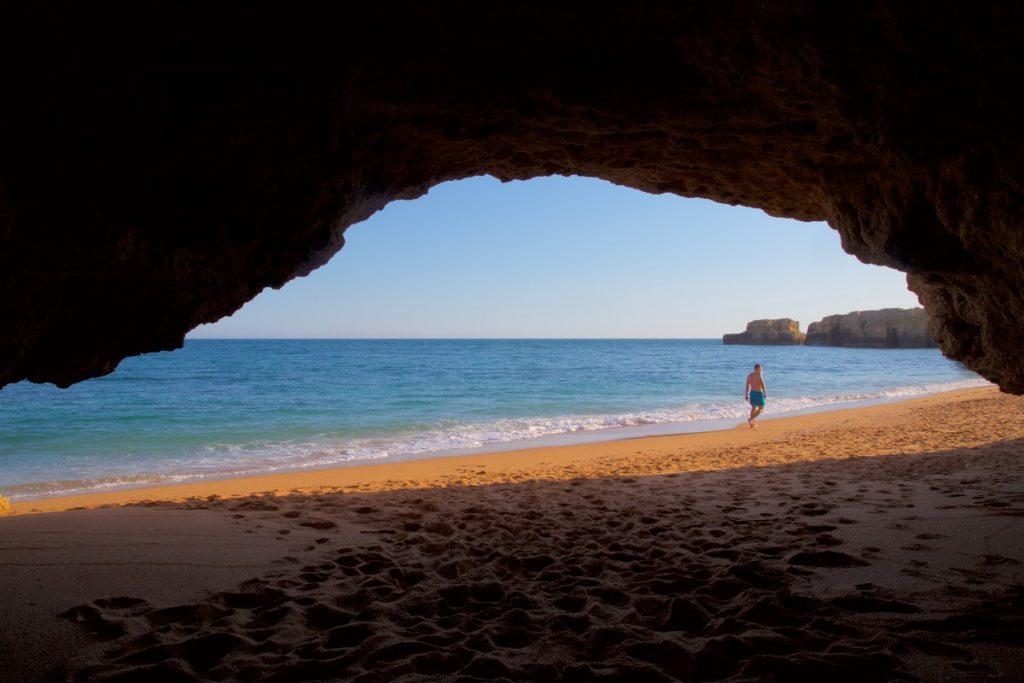 Grotte sur la plage de Coelho près d'Albufera