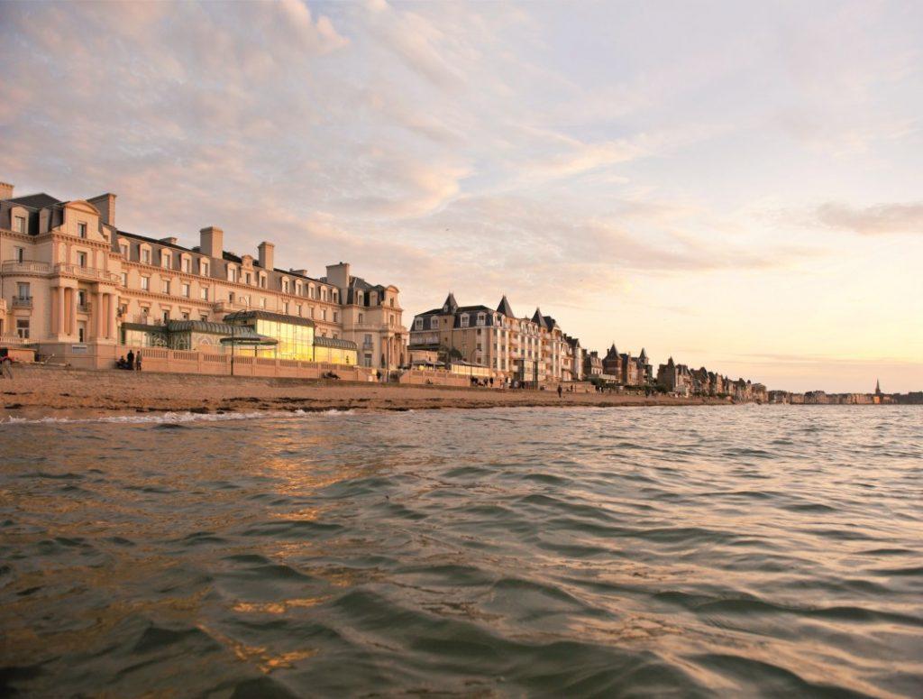 Le bâtiment historique du Grand Hotel des Thermes de Saint-Malo (© JC Valienne)