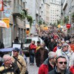 Marée humaine dans les ruelles de Saint-Malo pendant la route du Rhum