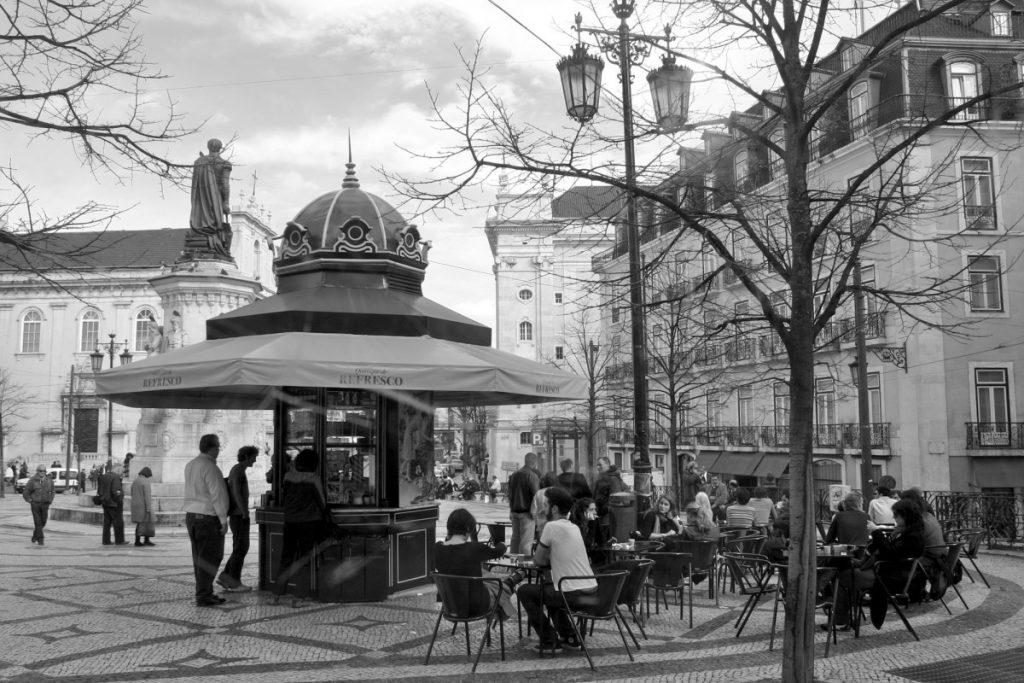 Kiosque sur une place de Lisbonne, une véritable institution sur le chemin du Tram 28