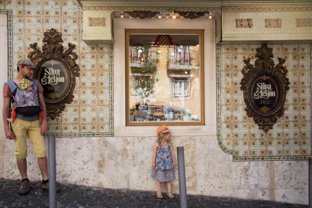 Les azulejos portugais dans une rue près du château de Lisbonne