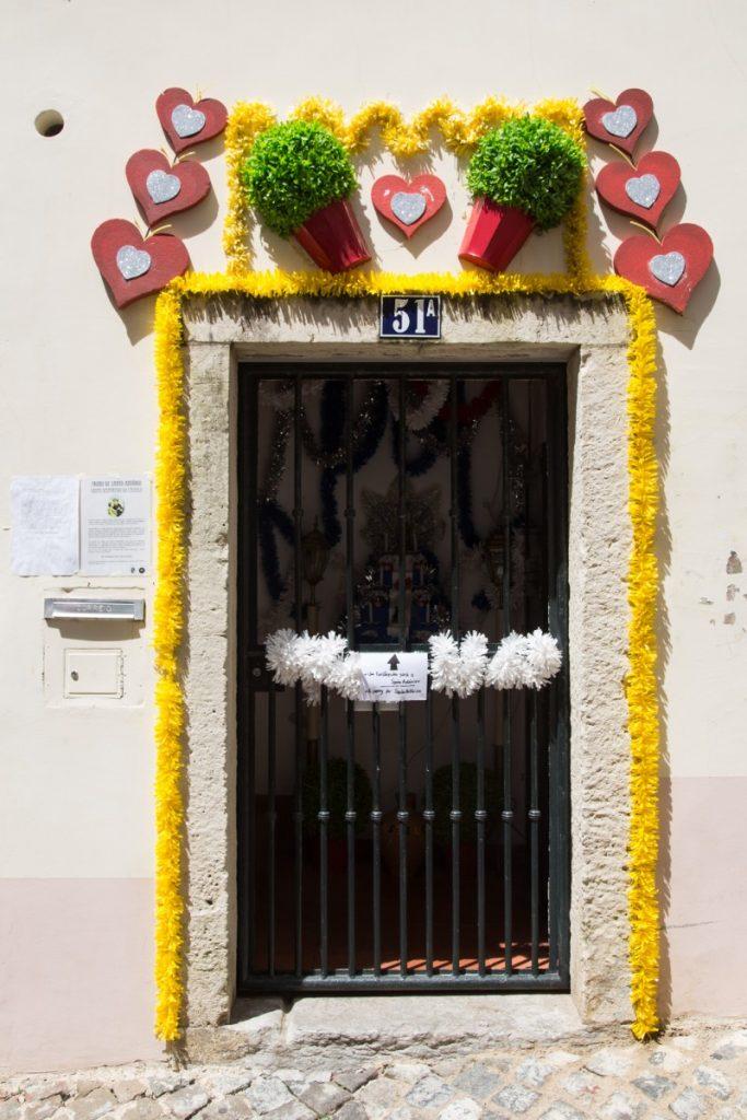 Porte décorée pour les fêtes de Lisbonne dans le quartier de l'Alfama