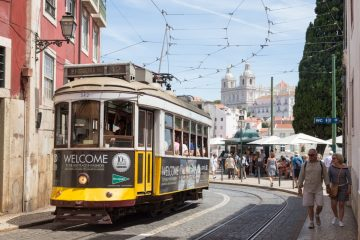 Tram 28 de Lisbonne dans le quartier de l'Alfama