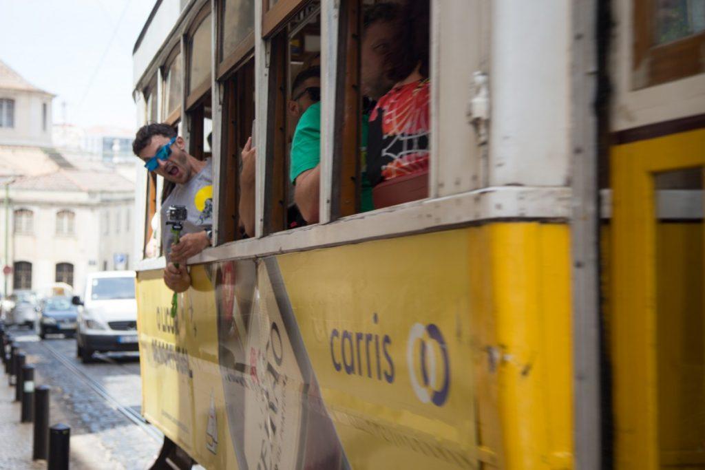Touriste heureux à bord du tram 28