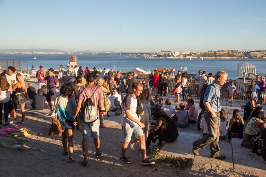 Miradouro de Santa Catarina, jolie point de vue de Lisbonne très festif en juin
