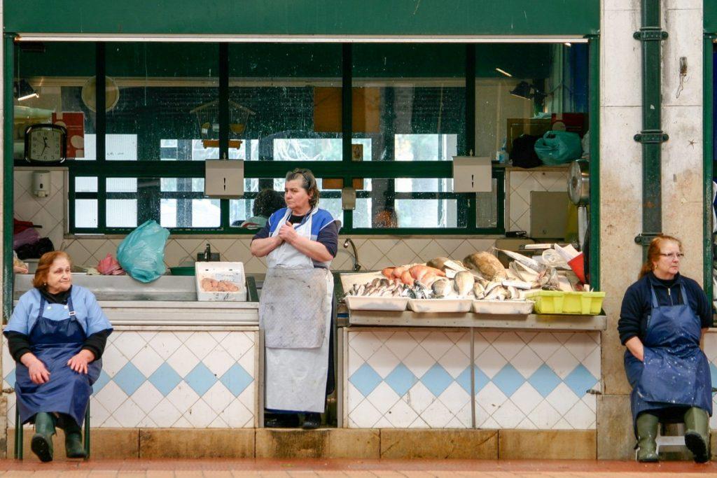 Vendeuses de poissons sur le Mercado de Ribeira