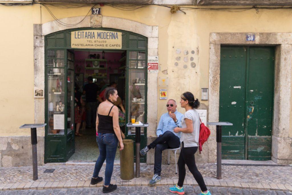 Petit bar de quartier près de la place Largo dos Trigueiro