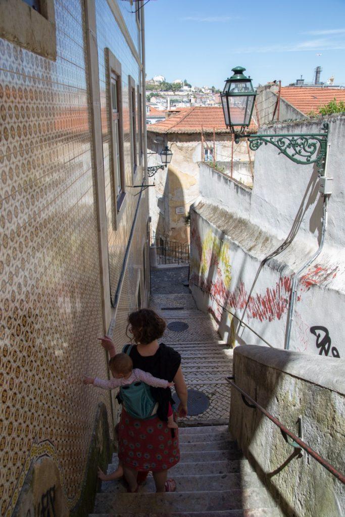 Sur les pentes qui mènent au château de Lisbonne