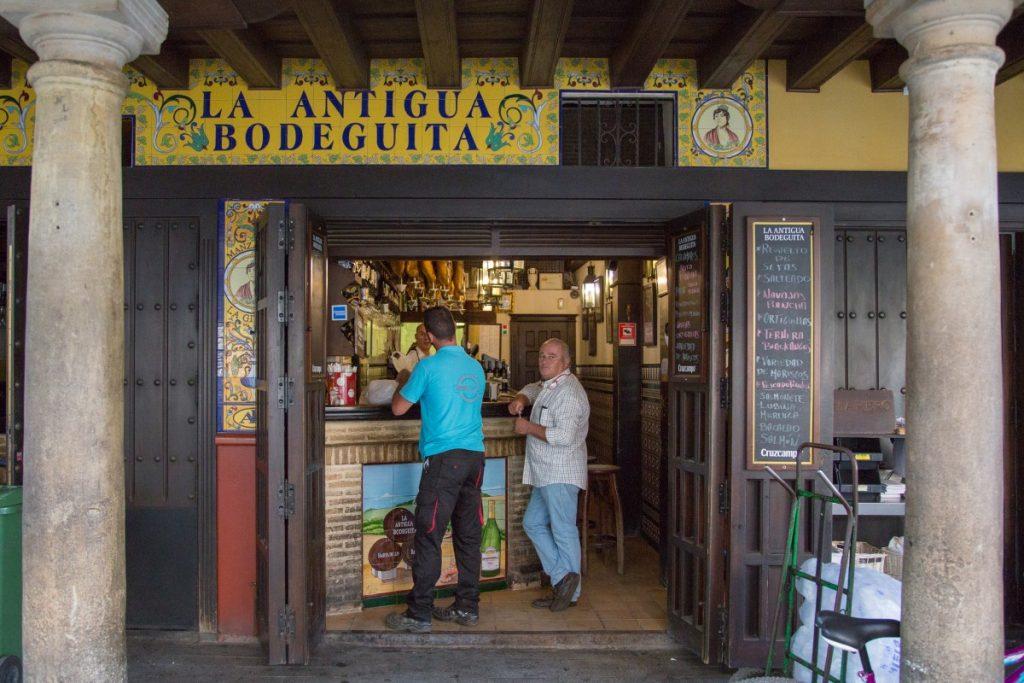 Bar sévillan : vin, bière et sandwich au jambon !