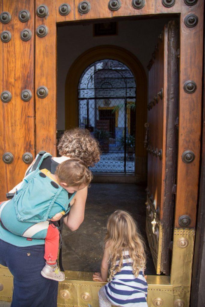 Oser passer la tête pour découvrir leurs architecture traditionnelle et patio verdoyant
