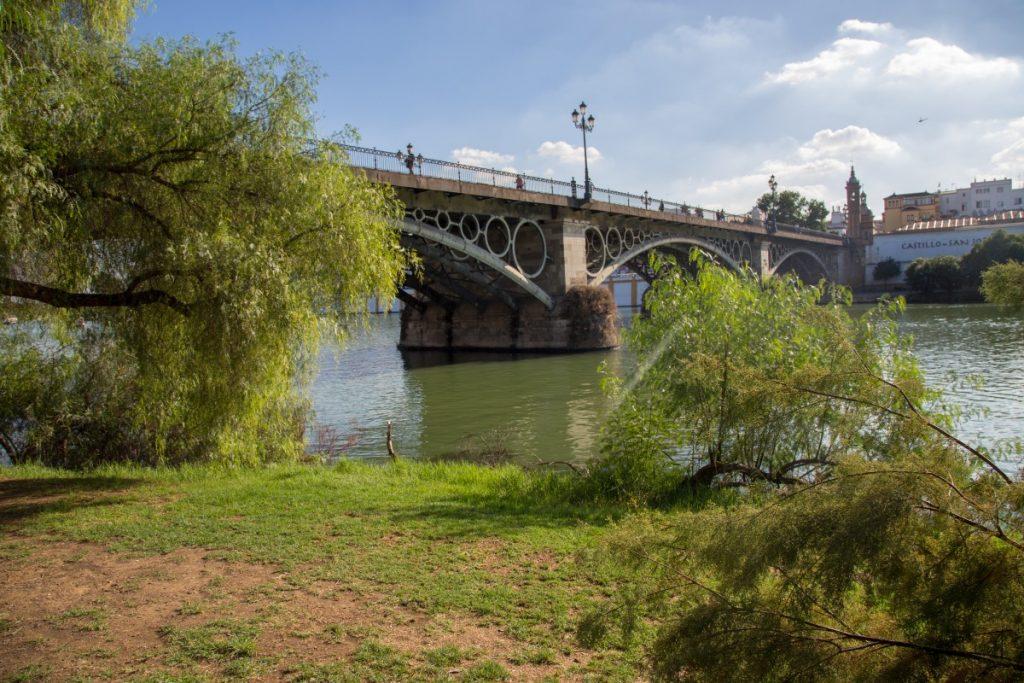 Sous le pont Isabel II de Séville ou pont de Triana