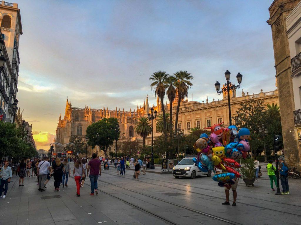 Foule autour de la Cathédrale de Séville au coucher du soleil