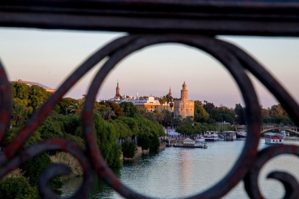 Vue sur la Tour del Oro depuis le pont de Triana