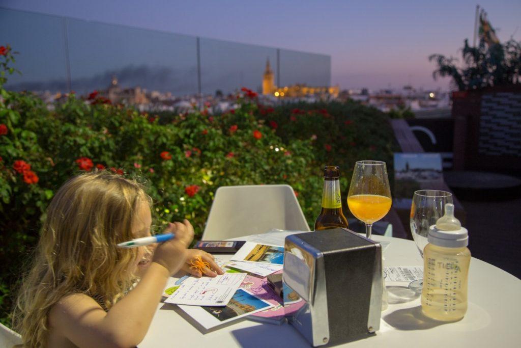 Terrasse du Corte Ingles de Séville avec nos deux mini-baroudeuses