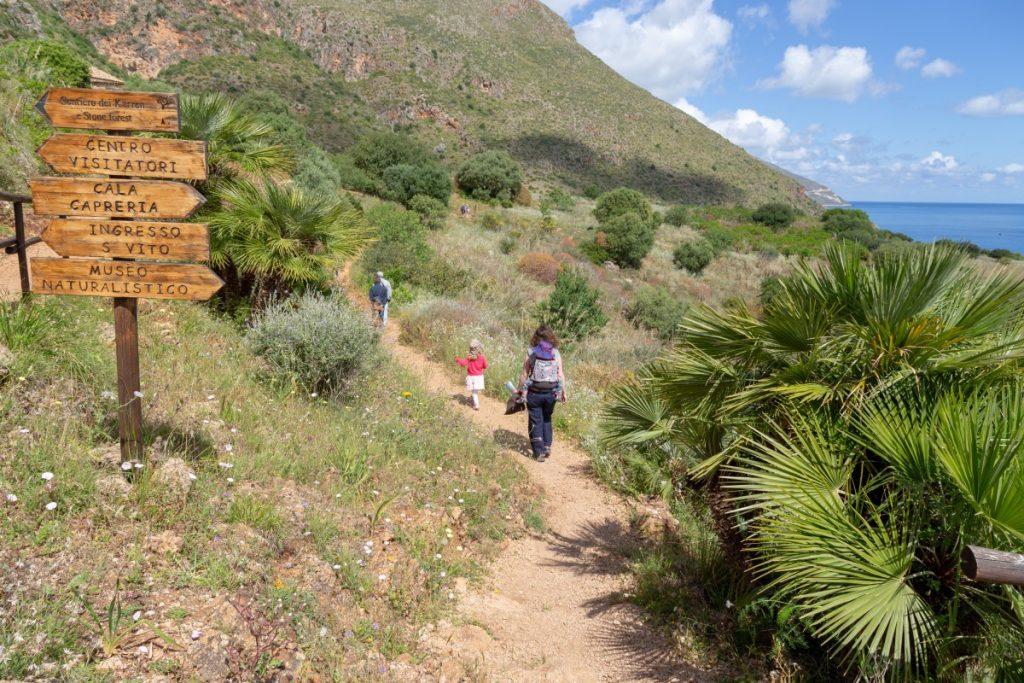 Sentier bien balisé dans la réserve naturelle du Zingaro