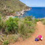 Mini-baroudeuse fatiguée sur le sentier de la réserve du Zingaro