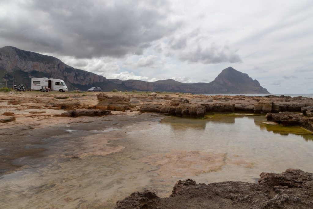 Spot de camping-car sur la baie Santa Margherita encore sauvage et préservée en dessous du mont Cofano